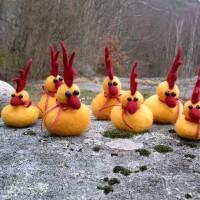 Påskkycklingar tovade med färgad ull