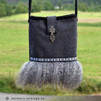 Handgjord väska med fårpäls.
